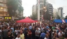 المتظاهرون يضيئون الشموع في ساحة ساسين بالأشرفية ويرفعون الصلاة على نية لبنان