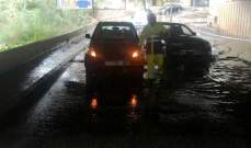 الدفاع المدني: إنقاذ مواطنين علقوا داخل سيارتهم في نهر الكلب وزوق مصبح