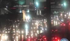 تجمع عدد من المواطنين على اوتوستراد انطلياس وحركة المرور كثيفة في المكان