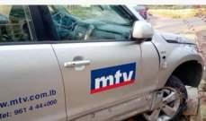 """انزلاق سيارة تابعة للـ""""MTV"""" واصابة فريق العمل بجروح طفيفة"""