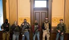 مسلحون يتظاهرون في مبنى الكابيتول في ميشيغان ضد إجراءات الحجر