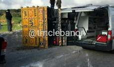 جريحان اثر انقلاب شاحنة على طريق عام الريحان