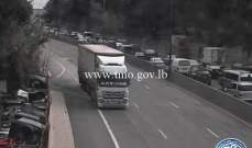 تصادم بين 4 مركبات على أوتوستراد الجمهور باتجاه عاريا وحركة المرور كثيفة