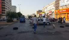 محتجون يقطعون الطريق عند ساحة عبد الحميد كرامي في طرابلس