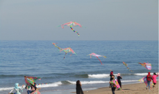 طائرات ورقية ودراجات هارلي على كورنيش صيدا البحري في إطار التوعية من سرطان الثدي