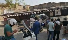 سقوط جسر حديدي على شاحنة في شارع مار مخايل- الجميزة
