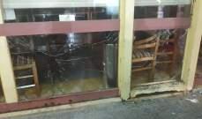 عدد من الشبان عملوا على تحطيم الواجهة الزجاجية لمطعم كبابجي في الحمرا