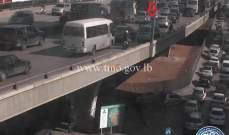 تعطل مركبة على جسر الدورة باتجاه نهر الموت وحركة المرور كثيفة في المكان