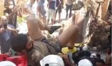 انتشال جريح من متطوعي الدفاع المدني من تحت الأنقاض في بيروت