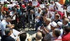 """فلسطينيون صلوا أمام """"الأونروا"""" في بيروت وخلية الأزمة أغلقت المكتب"""