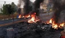 قطع أوتوستراد المطار بالإتجاهين بالإطارات المشتعلة والسواتر الحديدية
