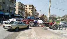النشرة: قطع الطريق في بلدة صريفا بالجرارات الزراعية