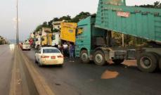 وقفة احتجاجية لأصحاب الشاحنات على طريق المنية العبدة تسبب بزحمة سير