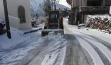 النشرة: آليات وزارة الاشغال وبلدية شبعا باشرت فتح الطرقات المقطوعة بسبب تراكم الثلوج