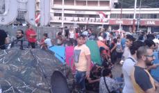 المتظاهرون ينصبون الخيم في ساحة النور بطرابلس ويؤكدون ان اعتصامهم مستمر