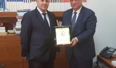 دكاش تسلم درعا تقديرية من رئيس الجمعية اللبنانية لتقدم العلوم