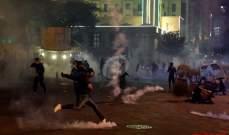 القوى الأمنية تطلق الغاز المسيل للدموع تجاه المتظاهرين أمام أحد مداخل المجلس النيابي