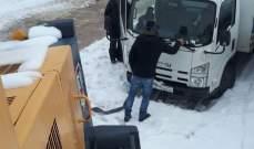 انقاذ شاحنتين على طريق كفرسلوان ترشيش علقتا بسبب تراكم الثلوج