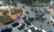 تجمع عدد من المحتجين محلة الاونيسكو وحركة المرور كثيفة