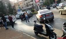 النشرة: سائقو السيارات العمومية في صيدا يقطعون دوار مرجان بسياراتهم