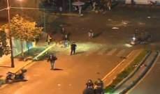 محتجون يرمون الحجارة والمفرقعات النارية باتجاه عناصر قوى الأمن امام ثكنة الحلو