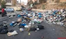 النشرة: مواطنون أفرغوا عمدا محتويات أكياس النفايات على طريق عام حاروف