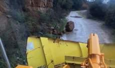 الدفاع المدني: إزالة الصخور والأتربة على طريق المشرع- بسكنتا