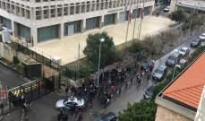 """محتجون أمام """"مصرف لبنان"""" في الحمرا أضرموا النار في حاويات النفايات"""