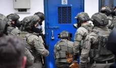 إصابة عدد من الأسرى الفلسطينيين خلال اقتحام الإسرائيليين لمعتقل عوفر