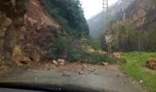 الدفاع المدني يعمل على ازالة أتربة وصخور انهارت جراء السيول في وادي نهر إبراهيم يحشوش