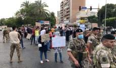 النشرة: ناشطون من حراك صيدا قطعوا الطريق عند ساحة إيليا بأجسادهم
