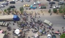 تجمع عدد من المحتجين في ساحة عبد الحميد كرامي في طرابلس وامام السرايا