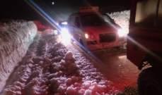 الدفاع المدني سحب سيارتين علقتا على طريق ترشيش زحلة بسبب تراكم الثلوج