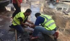 سعودي أعطى توجيهاته لمعالجة ووقف تسرب مياه الشفة في نقطة تقاطع داخل السوق التجاري