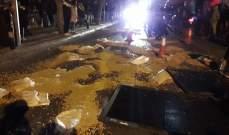 النشرة: المحتجون يقطعون الطريق امام مصرف لبنان في الحمرا بالعوائق