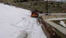 إنقاذ مواطنين محتجزين داخل سيارتهم بسبب تراكم الثلوج على طريق عام عيناتا- الأرز
