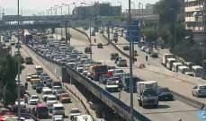 تعطل مركبة على جسر الكولا باتجاه نفق سليم سلام وحركة المرور كثيفة