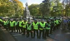 شرطة كييف تمنع مجموعة قومية متطرفة من هدم تمثال الجنرال فاتوتين