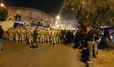 عدد من المتظاهرين يقتحمون سرايا طرابلس والجيش تدخل لابعادهم