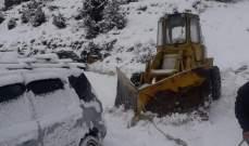 اجلاء عدد من السيارات كانت عالقة بالثلوج على طريق القموعة فنيدق
