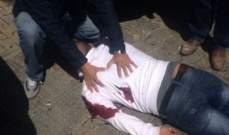 مجهولان طعنا رجلا بالسكين وسرقا أمواله أمام فرع بلوم بنك في الجناح
