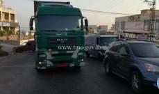تعطل شاحنة على طريق عام ذوق مصبح وحركة المرور ناشطة في المحلة
