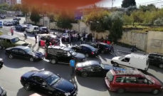 النشرة: المتظاهرون يعتدون بالضرب على عدد من الاهالي امام مدرسة اللويزة في الزوق