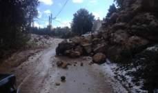 تشققات وانزلاق صخور على الطريق بين فيع وزكرون بالكورة