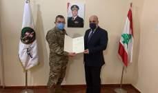 العميد خوري قدم كتاب شكر باسم قائد الجيش لنقولا أبو فيصل