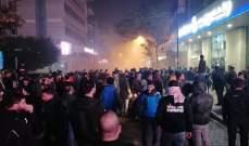 عدد من المتظاهرين يرمون المفرقعات النارية باتجاه ثكنة الحلو في بيروت