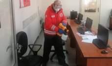 فريق من الصليب الاحمر عقم مبنى وزارة الإعلام
