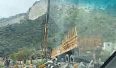 انقلاب شاحنة على اوتوستراد شكا وسقوط جريح