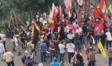 محاولة اختراق السياج الشائك من قبل المتظاهرين أمام السفارة الأميركية في عوكر