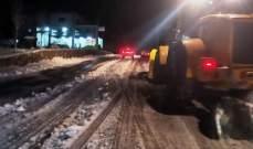الدفاع المدني: إنقاذ مواطنين احتجزتهم الثلوج داخل 3 سيارات على طريق عام إهمج- اللقلوق